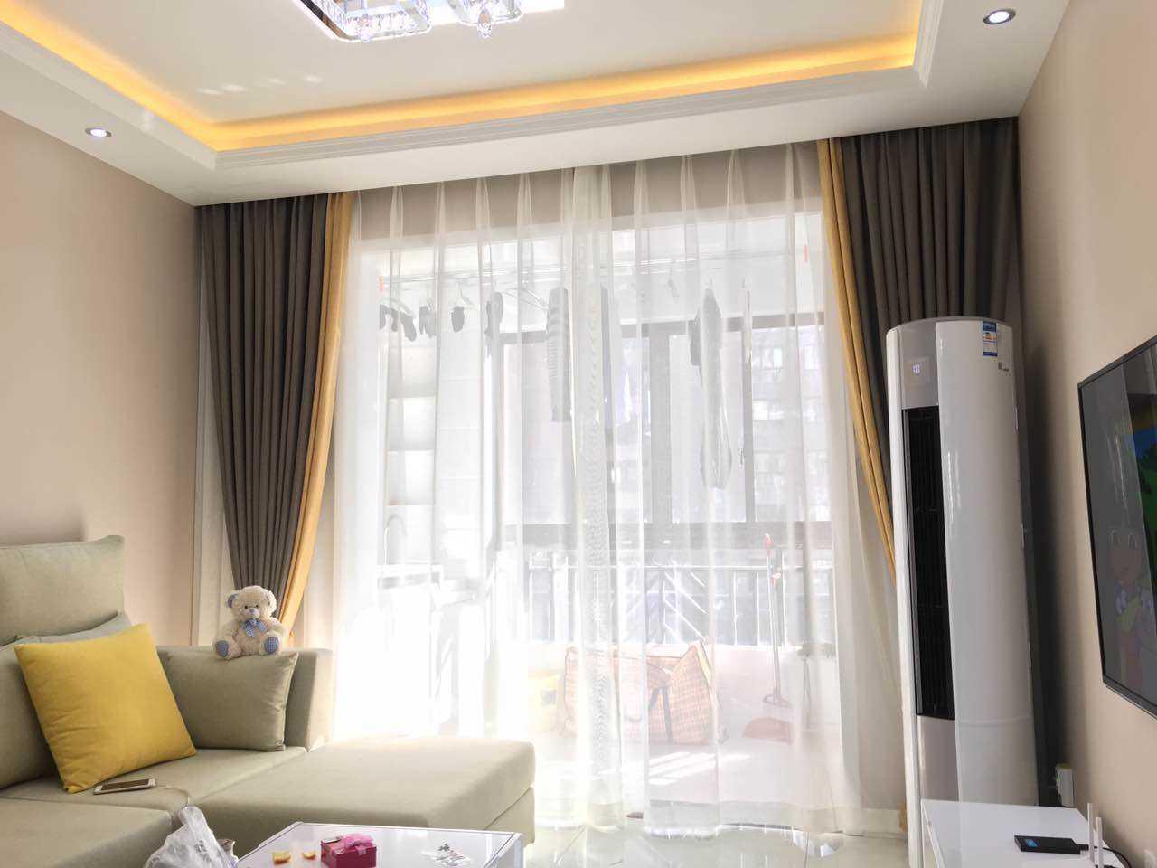 相比传统的窗帘,这些拼接窗帘大多采用两到三种不同花色的布料拼接而