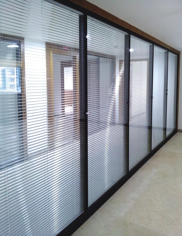 中空百叶玻璃窗它是传统的遮阳产品,一般采用人工,上海卡铂建筑装饰公司在中空玻璃内饰采用磁力来控制中空玻璃内的百叶窗帘,可轻易升降或翻转180度。该产品既节省了使用空间,又达到遮阳目的,还具有保温性和防噪音功能,同时给建筑物和室内以新颖的视觉。  中空百叶玻璃窗它是传统的遮阳产品,一般采用人工拉绳或机械方法来开启或关闭。