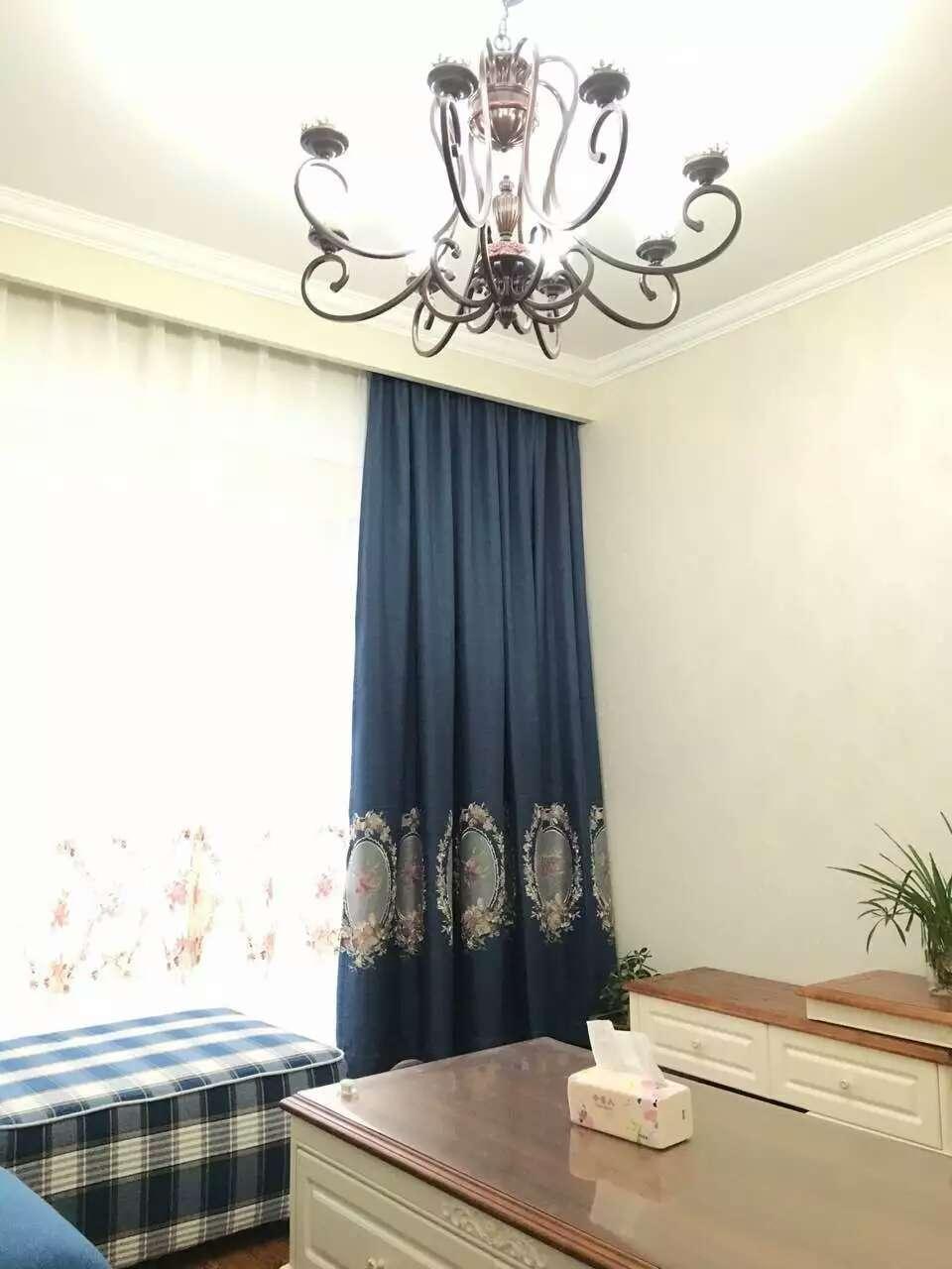 大家都知道,窗帘使用久了就变得暗淡并且不干净了,挂在家里就成了一道碍眼的景致,马上要过年了,想要打破这一问题重新让家里多一道靓丽的风景,就要学会窗帘的布置问题,那么新年窗帘布置注意事项有哪些呢?下面为大家介绍6个细节问题。   新年窗帘布置注意事项介绍:  一、提前了解布料功能性   在选择窗帘布料方面要注意到防噪音功能,如果户外比较热闹的话,窗帘的防噪音功能就显得很重要了,一般来说,越厚的窗帘吸音效果会越好,因此可以选择植绒、棉、麻等布料。   夏季要考虑到窗帘的遮光效果,在卧室里如果想要有个好的睡眠
